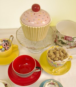 oversize cups and cupcake